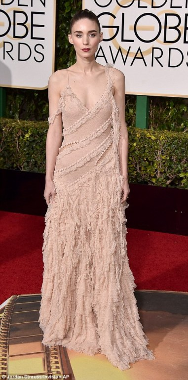 3001939C00000578-3389353-Showing_off_her_unique_style_Rooney_Mara_who_is_competing_agains-a-615_1452484877499-1