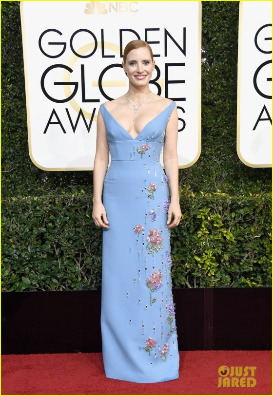 jessica-chastain-golden-globes-2017-red-carpet-01.jpg