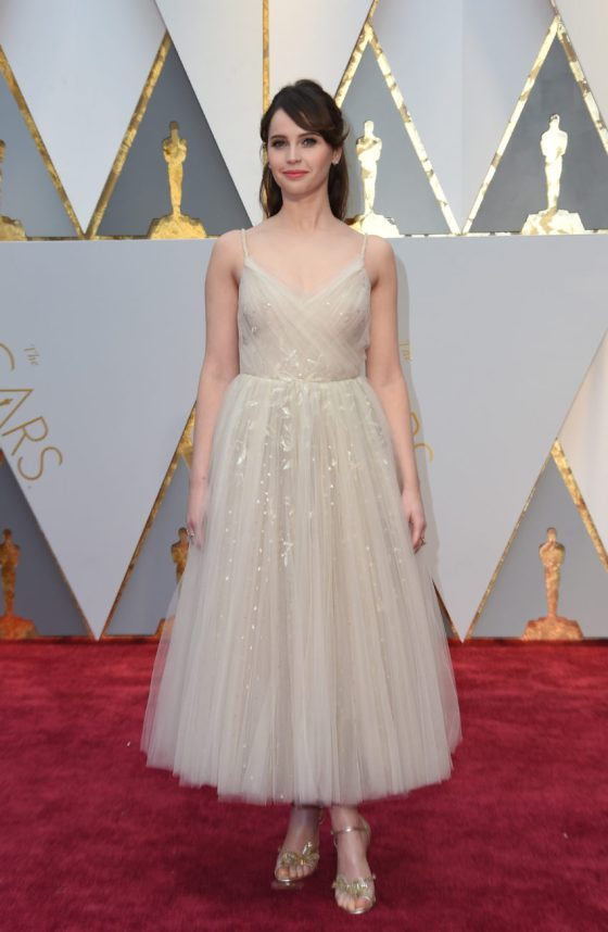 Felicity Jones arrives on the red carpet for the 89th Oscars on February 26, 2017 in Hollywood, California. / AFP PHOTO / VALERIE MACONVALERIE MACON/AFP/Getty Images